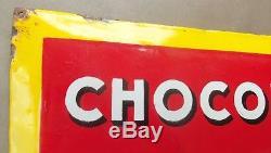 Ancienne plaque émaillée bombée et relief pour CHOCOLAT PUPIER, jaune et rouge