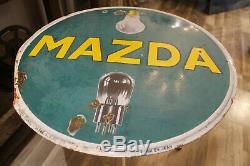 Très étonnante table de bistrot faite avec une plaque émaillée mazda